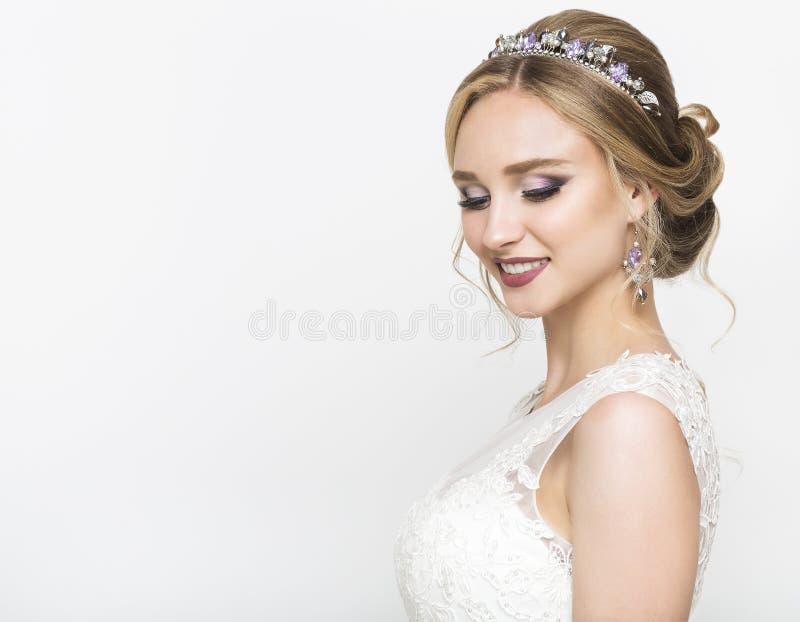 Kaukasische Braut der Junge recht im Hochzeitskleid stockbilder