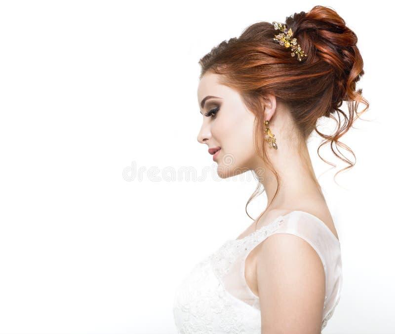 Kaukasische Braut der Junge recht im Hochzeitskleid stockfoto