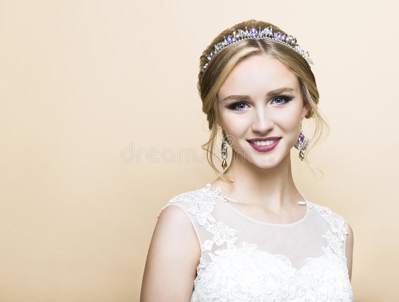 Kaukasische Braut der Junge recht im Hochzeitskleid stockfotos