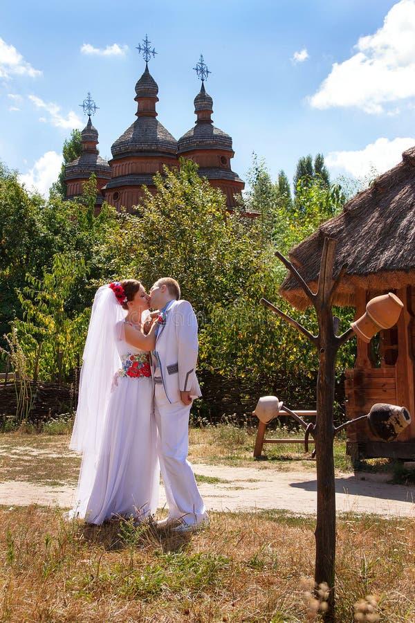 Kaukasische (Braut) Paare der Hochzeit ukraine stockbilder
