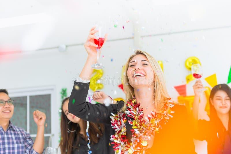 Kaukasische Chefgeschäftsfrauen tanzen in Büropartei stockfoto