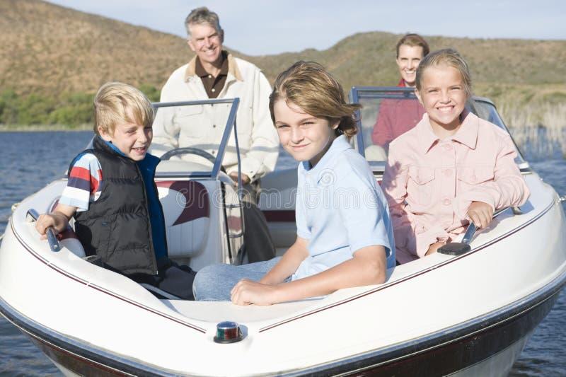 Kaukasische fünfköpfige Familie im Schnellboot lizenzfreie stockbilder
