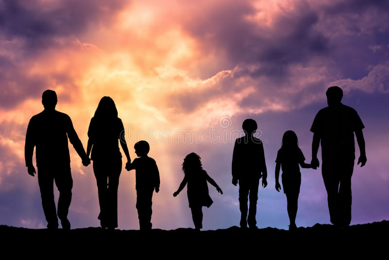 Kaukasische familie openlucht bij zonsondergang stock foto
