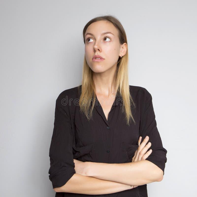 Kaukasische Frau des schönen Brunette in der Bluse des dunklen Schwarzen mit bri lizenzfreie stockfotografie
