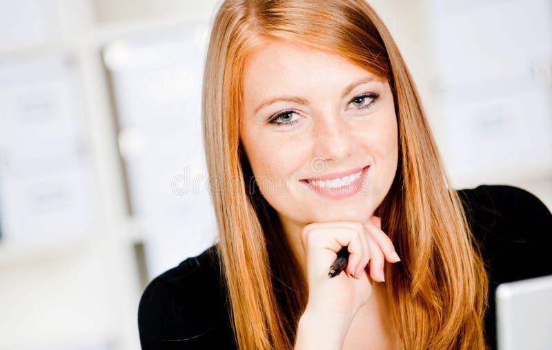 Kaukasische Frau mit Feder stockbild