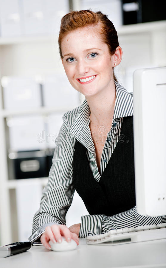 Kaukasische Frau mit Telefon stockbild