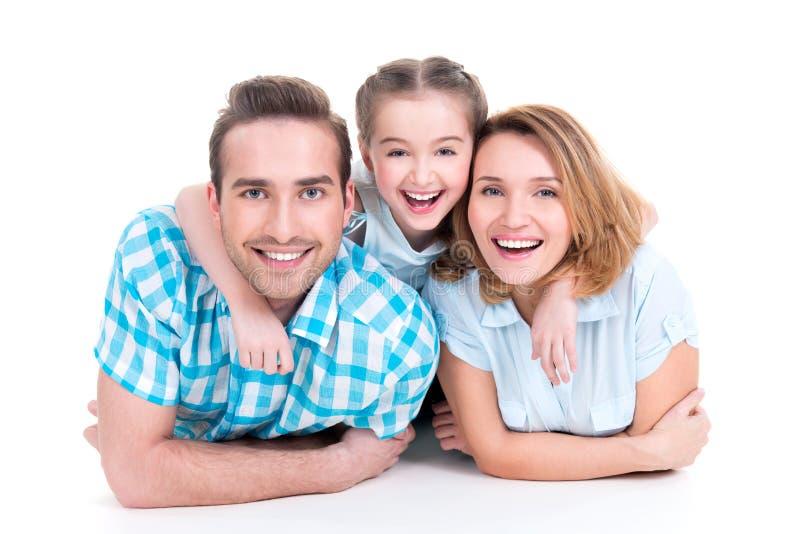 Kaukasische gelukkige glimlachende jonge familie met meisje royalty-vrije stock afbeelding