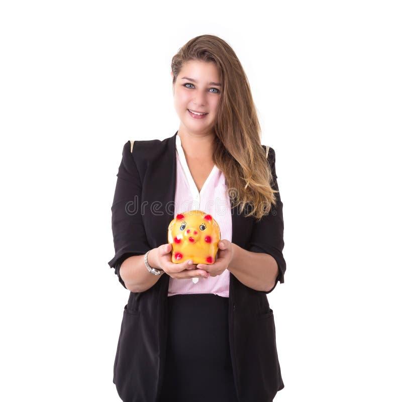 Kaukasische Geschäftsfrau, die Goldsparschwein lokalisiert auf Whit hält stockbilder