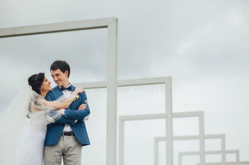 Kaukasische glückliche romantische junge Paare, die ihre Heirat feiern lizenzfreie stockfotografie