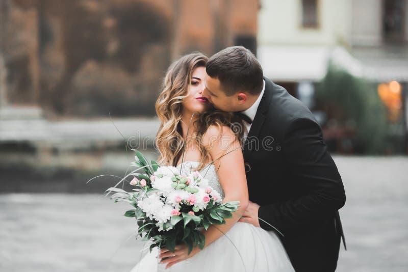 Kaukasische gl?ckliche romantische junge Paare, die ihre Heirat feiern outdoor lizenzfreie stockfotografie