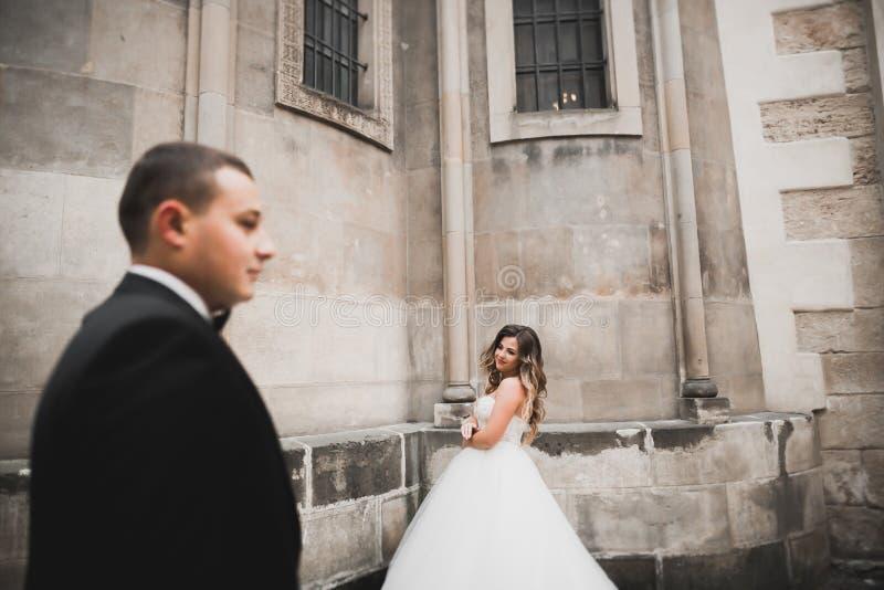Kaukasische gl?ckliche romantische junge Paare, die ihre Heirat feiern outdoor stockfoto
