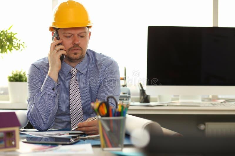 Kaukasische Ingenieur Working op Huisblauwdruk stock afbeeldingen