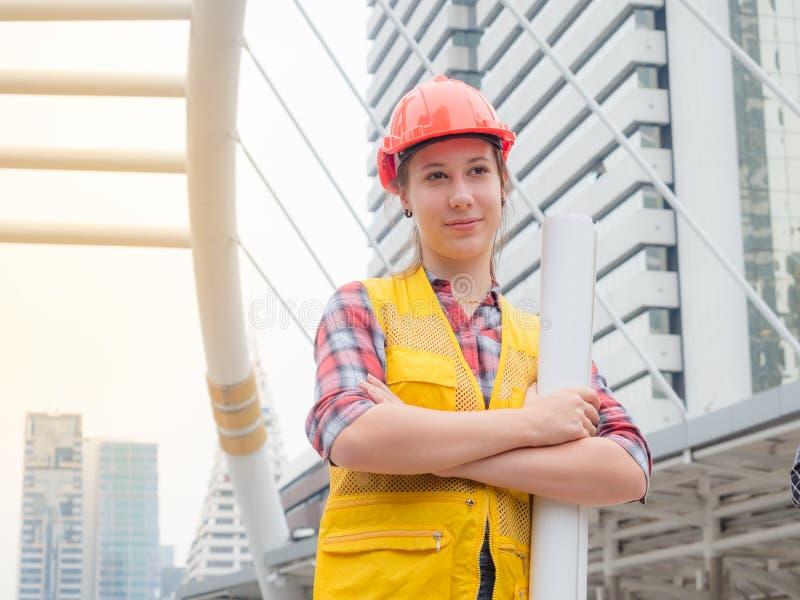 Kaukasische ingenieursactie en gelukkig na bespreking haar project stock afbeelding