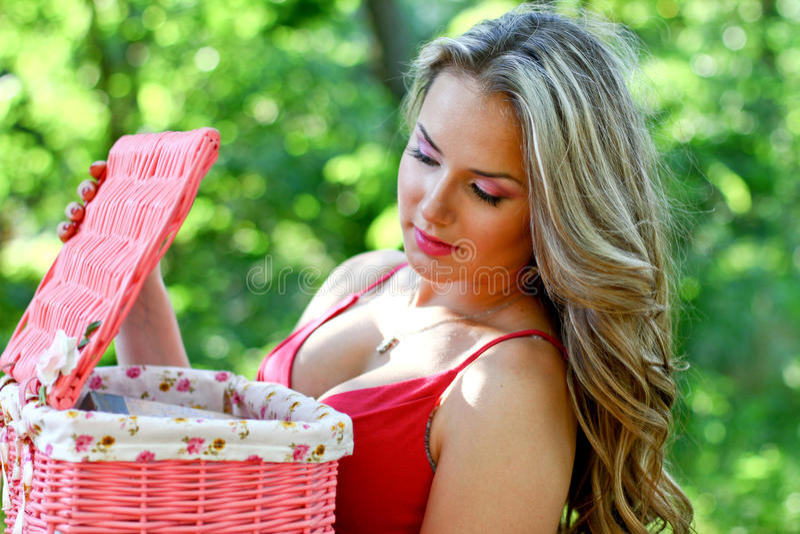 Kaukasische jonge vrouw met roze uitstekende mand stock foto's