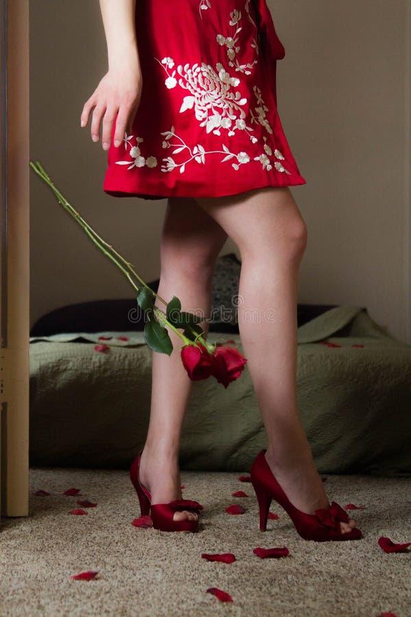 Kaukasische jonge vrouw in rode robekimono voor Valentijnskaartendag royalty-vrije stock afbeeldingen
