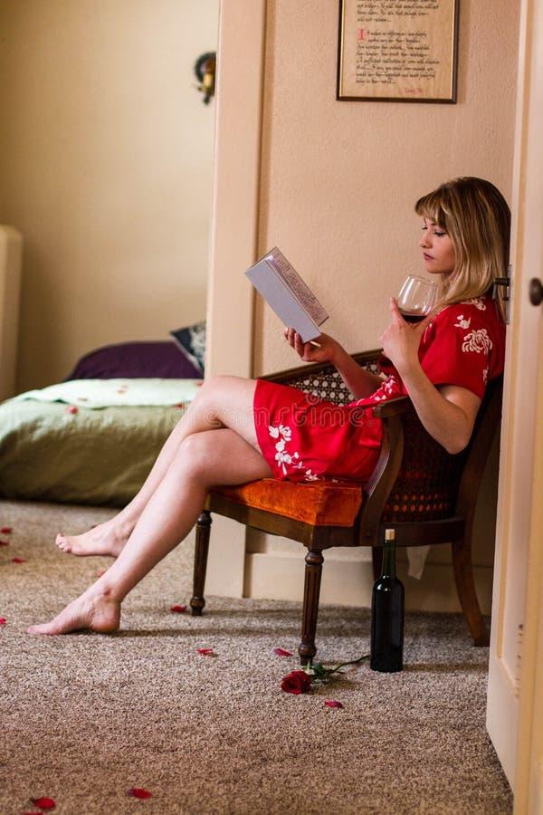 Kaukasische jonge vrouw in rode robekimono voor Valentijnskaartendag royalty-vrije stock afbeelding
