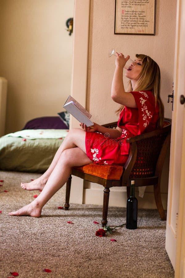 Kaukasische jonge vrouw in rode robekimono voor Valentijnskaartendag stock fotografie