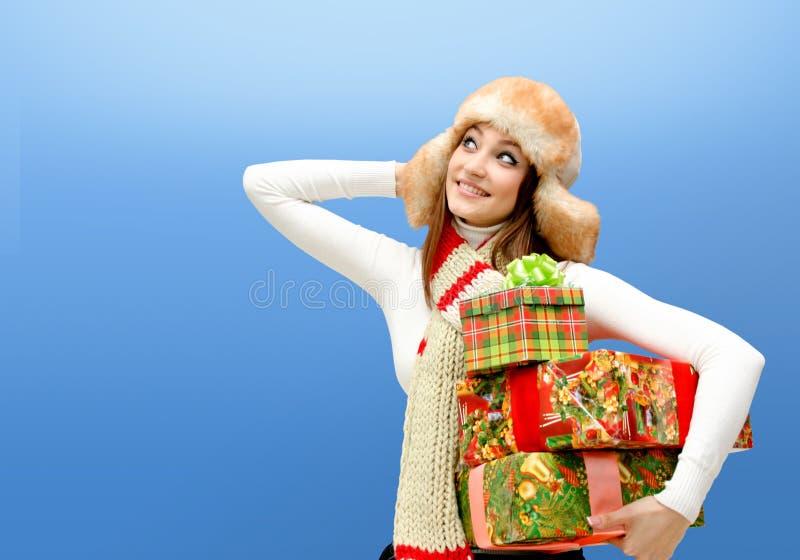 Kaukasische junge Frau mit Weihnachtsgeschenken stockfoto