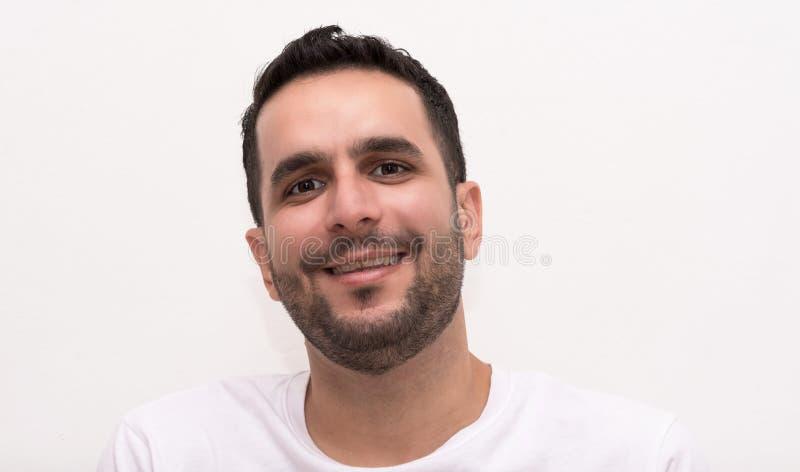 Kaukasische männliche erwachsene ooks auf Kamera und Lächeln lizenzfreie stockbilder