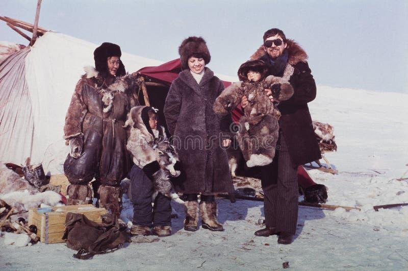 Kaukasische man en vrouw die verre post van de inheemse mensen bezoeken royalty-vrije stock afbeeldingen