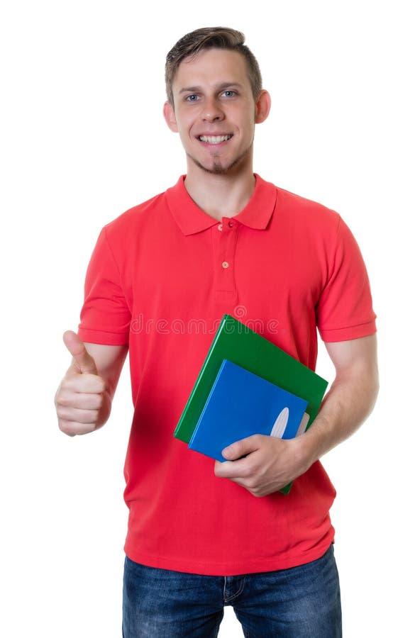 Kaukasische mannelijke student met rood overhemd en blondehaar die Th tonen stock foto's