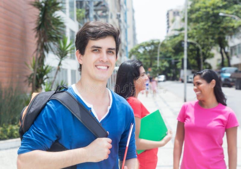 Kaukasische mannelijke student met vrienden royalty-vrije stock fotografie