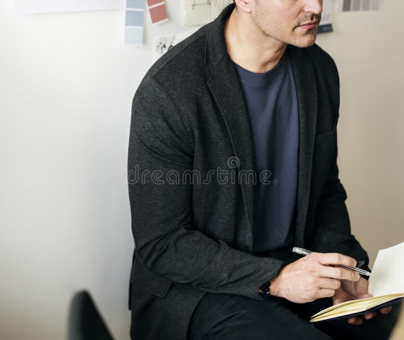 Kaukasische mens die een nota nemen stock afbeelding