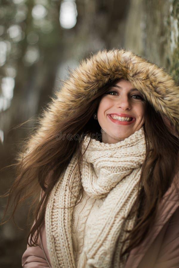 Kaukasische Middelbare school Hogere Buitenkant die de Winterlaag dragen royalty-vrije stock afbeelding