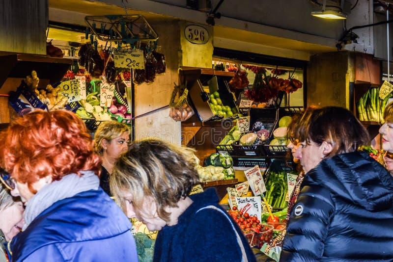 Kaukasische Mittelalterfrauen an Rialto-Markt, ein Landwirt-Markt in Venedig, Italien stockbilder