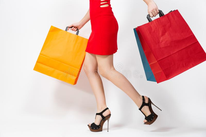 Kaukasische moderne junge lächelnde Frau des attraktiven Zaubers im roten Kleid lokalisiert auf weißem Hintergrund Kopieren Sie R lizenzfreie stockfotografie