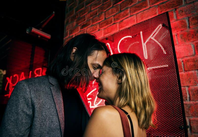 Kaukasische Paare in einem Nachtclub lizenzfreie stockfotos