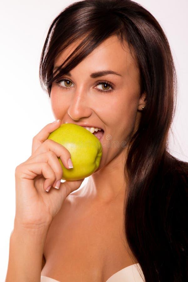 Kaukasische schoonheid die een appel eet royalty-vrije stock foto