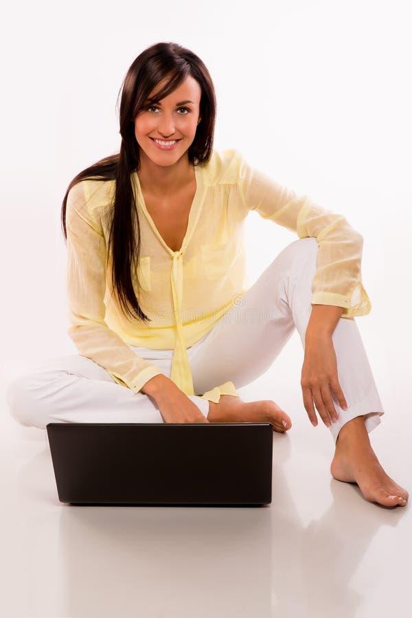 Kaukasische schoonheid met haar laptop royalty-vrije stock afbeeldingen