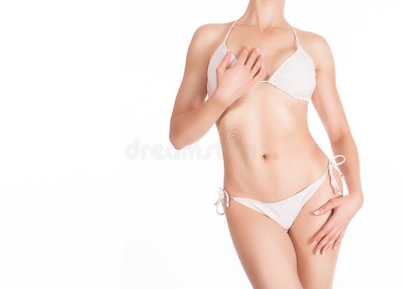 Kaukasische sexy geschikte vrouw in witte klassieke die bikini, op wit wordt geïsoleerd royalty-vrije stock afbeeldingen