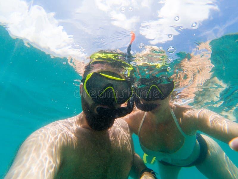 Kaukasische snorkling Paare stockbilder
