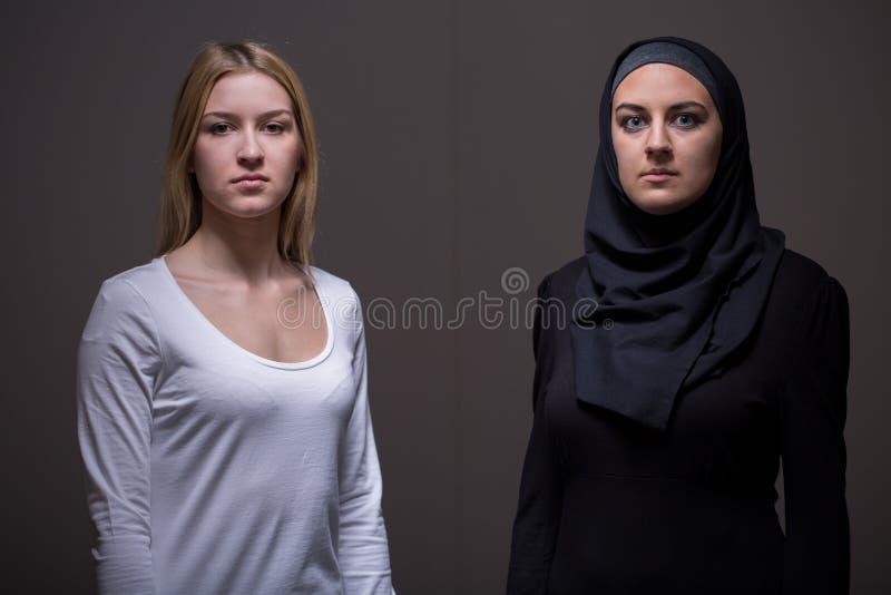Kaukasische und arabische Frauen stockbild