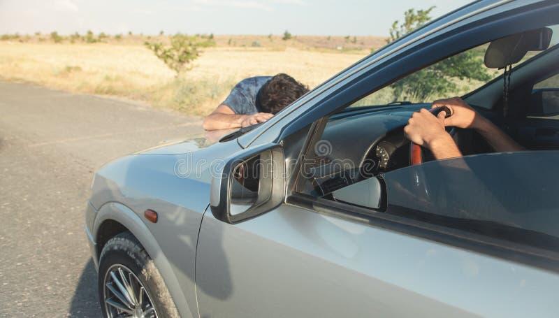 Kaukasische verwonde mens Het ongeval van de auto royalty-vrije stock afbeelding