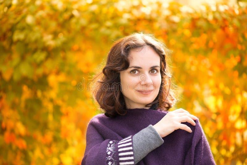 Kaukasische vrouw in de herfstlandschap stock afbeelding