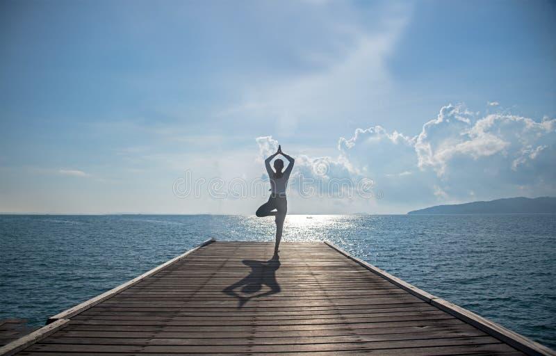 Kaukasische vrouw het praktizeren yoga royalty-vrije stock foto