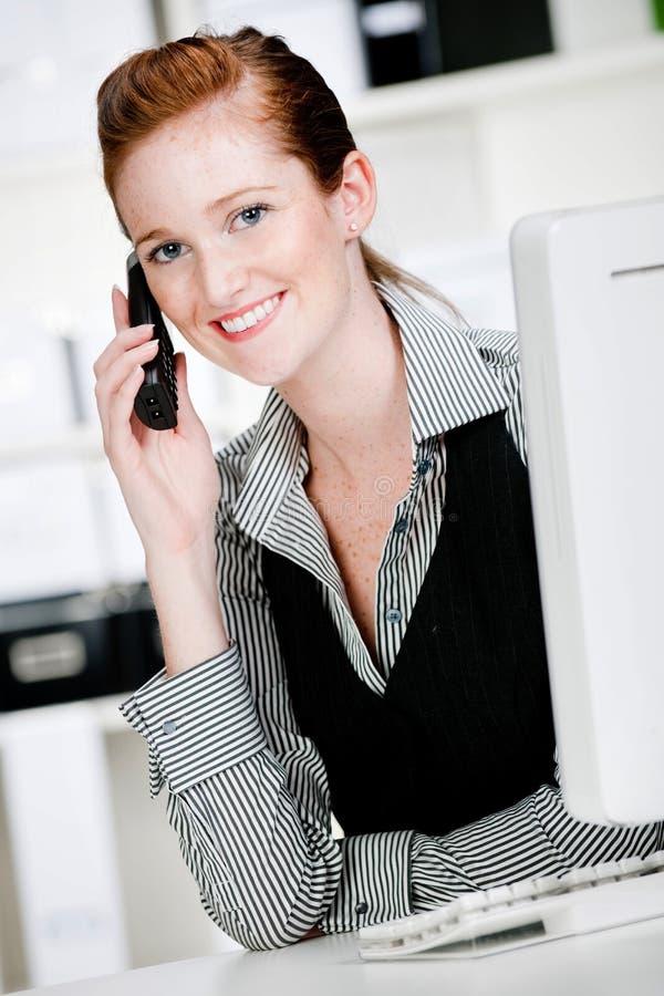 Kaukasische Vrouw met Telefoon royalty-vrije stock afbeeldingen
