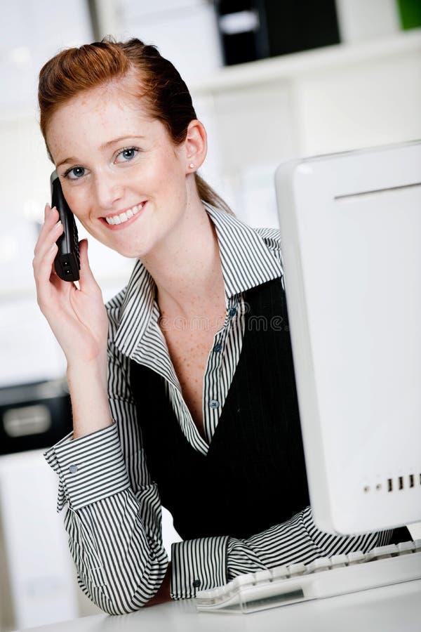 Kaukasische Vrouw met Telefoon royalty-vrije stock afbeelding
