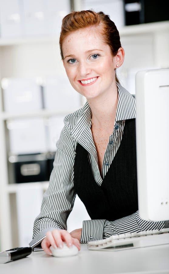Kaukasische Vrouw met Telefoon stock afbeelding