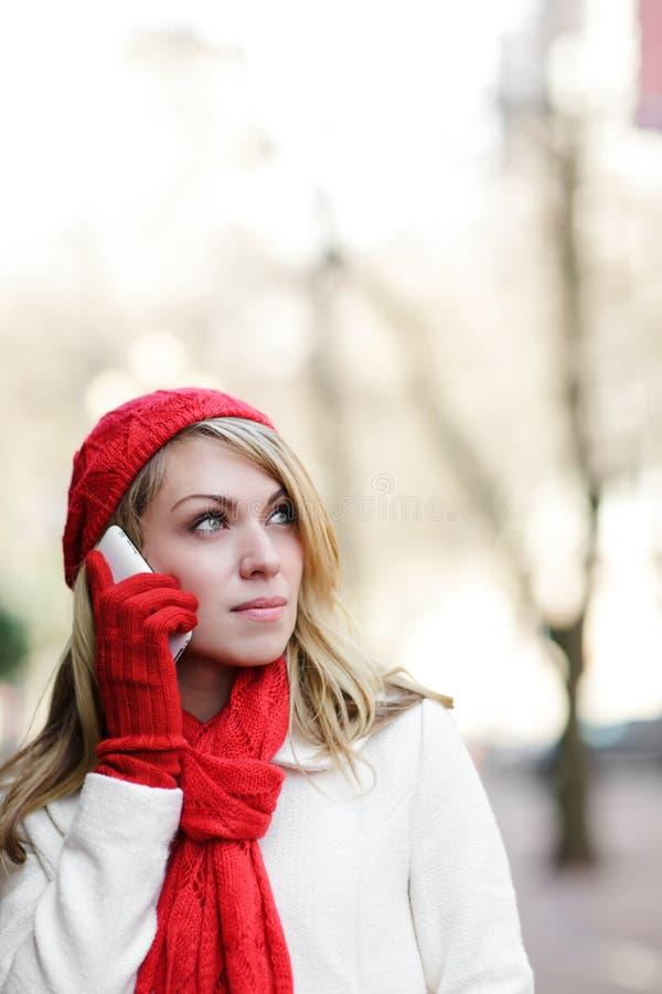 Kaukasische vrouw op de telefoon stock afbeeldingen