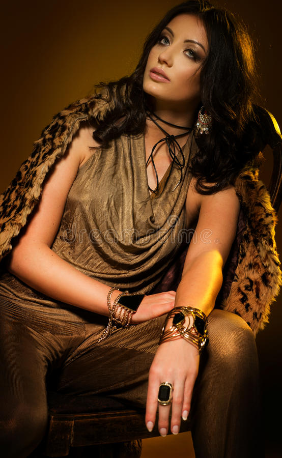 Kaukasische vrouwen in gouden kleding en zwarte nauwsluitende halsketting stock afbeeldingen