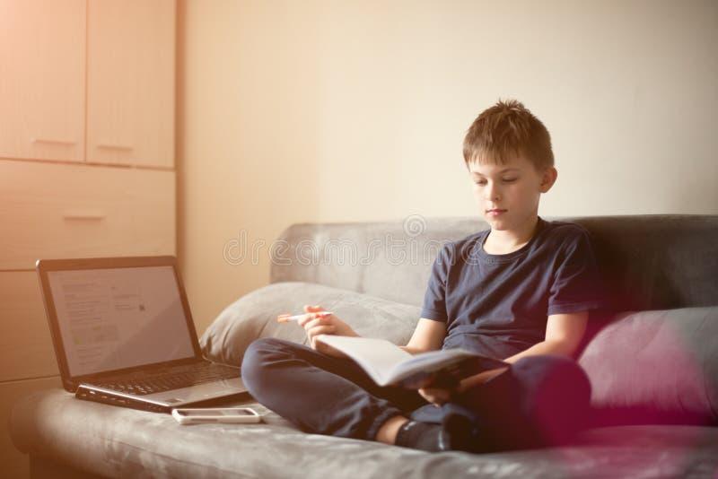 Kaukasische witte jongen die zijn thuiswerk doen stock afbeelding