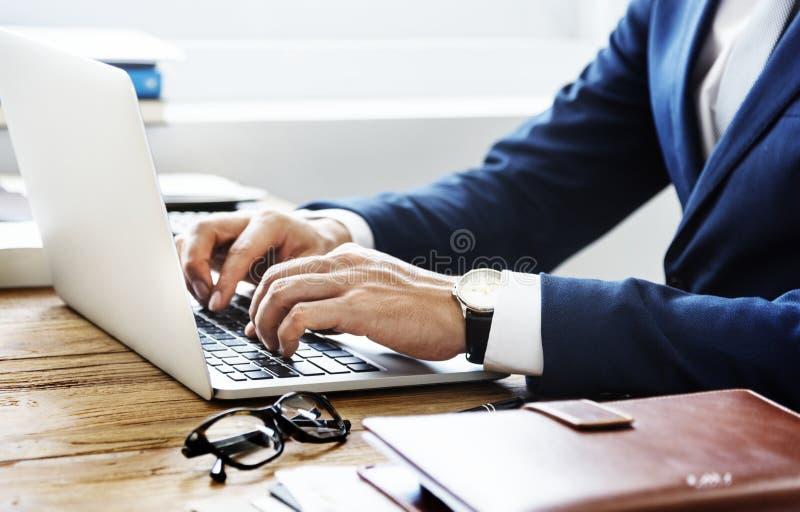 Kaukasischer Geschäftsmann im Bürotrieb stockfotos