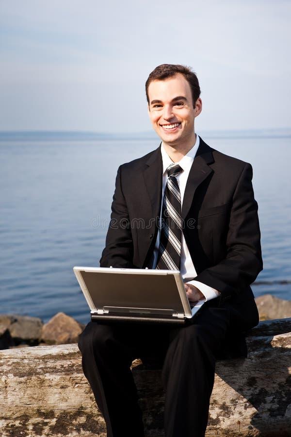 Kaukasischer Geschäftsmann mit Laptop stockfotografie