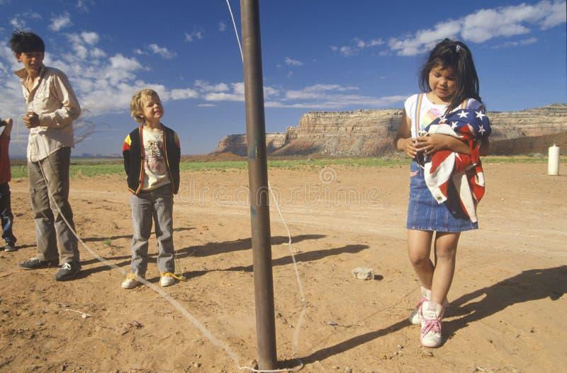 Kaukasischer Junge, der Navajomädchen betrachtet stockfotografie