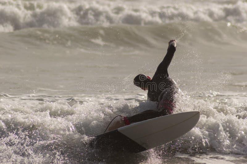 Kaukasischer Junge mit einem schwarzen Neopren zum Surfen bereit lizenzfreies stockfoto