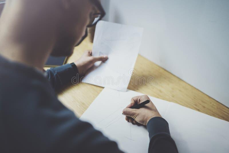 Kaukasischer Mann des erfahrenen Designers, der abstrakte Skizze mit Stift zeichnet Kunstwerkprozeß Kreatives Hobby Anmerkung von lizenzfreie stockfotografie
